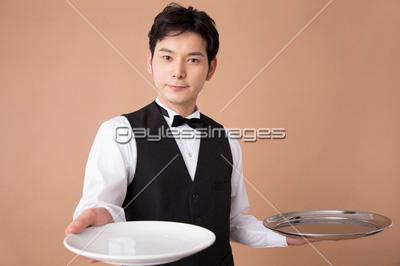 皿を差し出すウェイター イメージID:af9920081344モデルリリース/プロパティリリー.