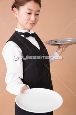 お皿を差し出すウェイター イメージID:af9920081382モデルリリース/プロパティリリー