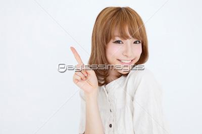 人差し指を立てている女性 人差し指を立てている女性の写真・イラスト素材 (gf216025073