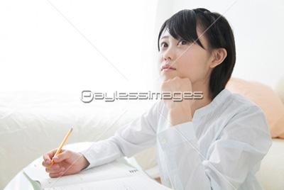 勉強する女子中学生の写真イラスト素材 Af9920064189 ペイレス
