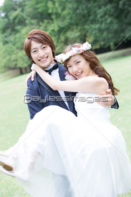 お姫様抱っこする新郎新婦の写真・イラスト素材 (af9920078560