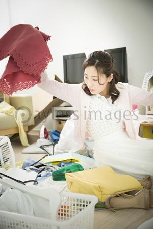 汚部屋に住む女性の写真イラスト素材 Af9940108943 ペイレスイメージズ