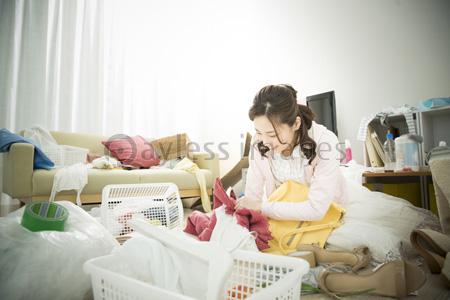 汚部屋に住む女性の写真イラスト素材 Af9940108945 ペイレスイメージズ