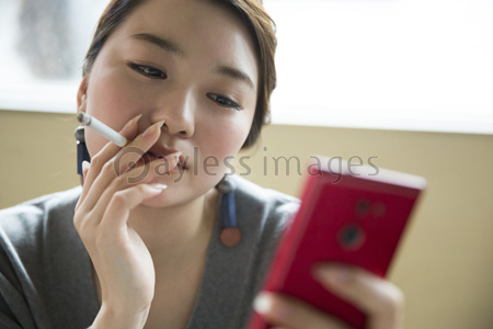 を 女性 タバコ 吸う