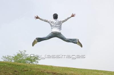 ジャンプする男性の後姿の写真イラスト素材 Af0060019965 ペイレス