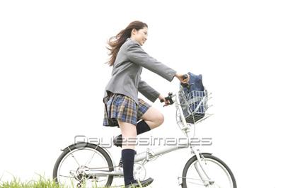自転車に乗る女子高生の写真・イラスト素材 (af9980019468) │ペイ ...