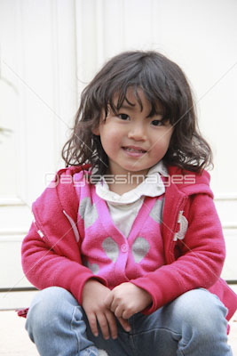 庭で遊ぶかわいい女の子の写真イラスト素材 Gf0780585205 ペイレス