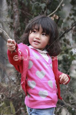 森で遊ぶ可愛い女の子の写真イラスト素材 Gf0780585199 ペイレス