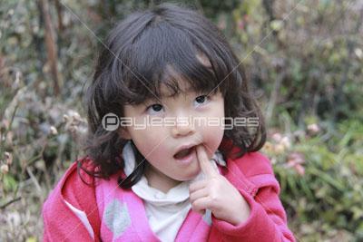 森で遊ぶ可愛い女の子の写真イラスト素材 Gf0780585239 ペイレス