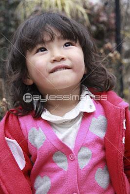森で遊ぶ可愛い女の子の写真イラスト素材 Gf0780585240 ペイレス