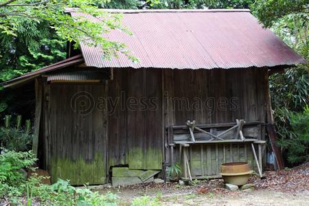老朽化したトタン小屋の写真・イラスト素材 (gf1120683698