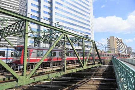 京急八ツ山橋鉄橋と京浜急行の写...