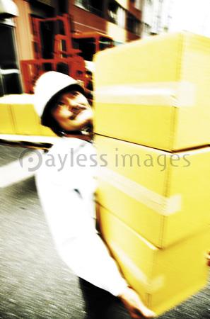 荷物を運び出す男性作業員の写真・イラスト素材 (gf1420763031 ...