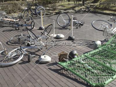 突風で倒れた自転車の写真イラスト素材 Gf1120213648