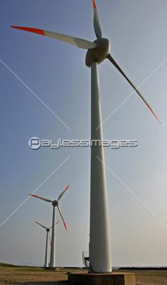 初夏の酒田宮野浦海岸の風力発電の写真イラスト素材 Gf2260286487
