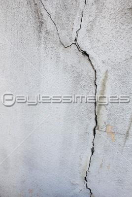 建物のひび割れの壁