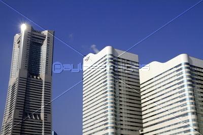 横浜ランドマークタワーとクイーンズスクエア横浜の写真イラスト素材
